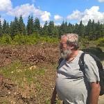 Ulrich Schuster vor einem abgeholzten Waldstück im NSG Mothaeuser Heide im Erzgebirge